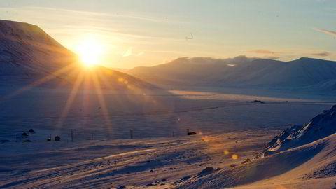 Soloppgang over tundraen i Adventdalen ved Longyearbyen på Svalbard.