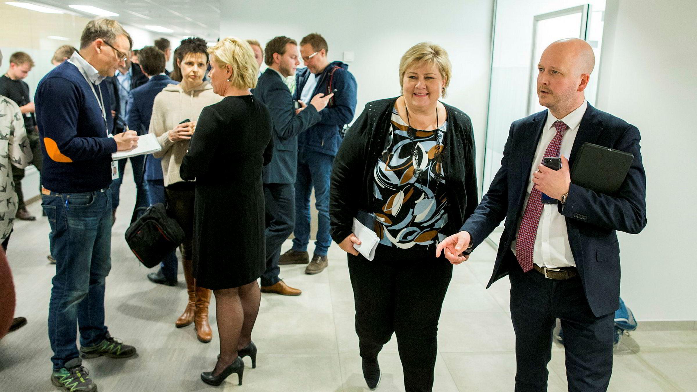Statsminister Erna Solberg forlater pressekonferansen lørdag kveld. Foto: Vegard Wivestad Grøtt / NTB scanpix