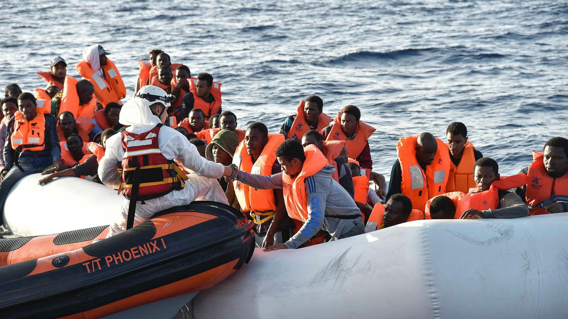 Straks en båtflyktning setter fot på et italiensk kystvaktskip, er hun under italiensk jurisdiksjon. Da kan hun ikke returneres gruppevis, men har krav på individuell behandling av sin asylsøknad med tolk, juridisk bistand, klagemulighet osv., skriver artikkelforfatteren.