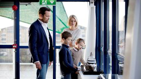 Langs elven Themsen i London har ekteparet Peder og Ewa Eidsgaard skapt en god forretning av å tegne noen av verdens største superyachter og privatfly både innvendig og utvendig. Barna Sebastian (blå genser) og Nicolai er med på jobben.