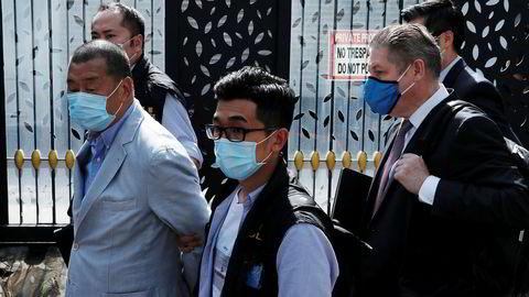 Mediemogulen og demokratiforkjemperen Jimmy Lai (til venstre), som blant annet er grunnlegger av Apple Daily, ble arrestert mandag morgen i Hongkong.