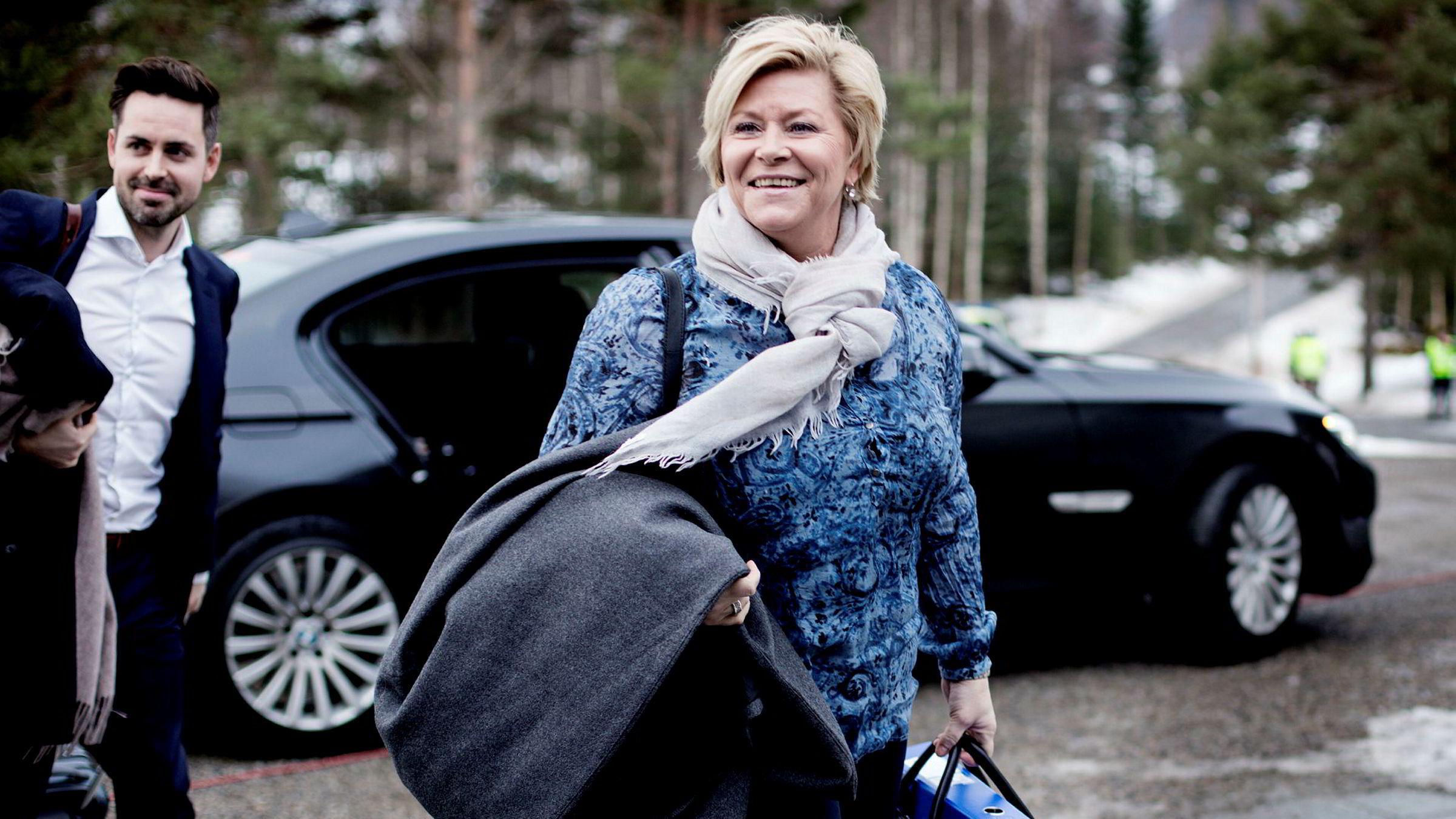 – Det skal bli enklere og mer fleksibelt for småsparere å investere i aksjer og aksjefond. Det er bra med økt eierskap i norske bedrifter, sier finansminister Siv Jensen (Frp). Til venstre statssekretærPetter Kvinge Tvedt.