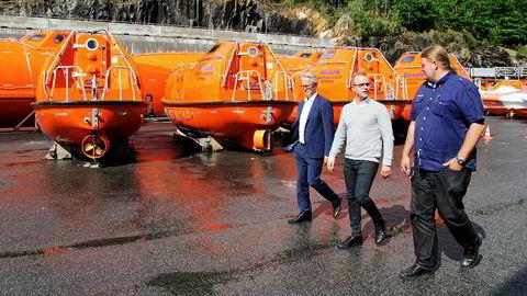 Administrerende direktør Dag Songedal (til venstre) tror det verste er over for livbåtprodusenten Norsafe. Her sammen med Aleksander og Thomas Skåla.