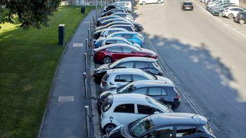 En elbil som koster 400.000 uten moms, blir 100.000 kroner dyrere med. Det kan være avgjørende i nybilbutikken, skriver forfatteren.