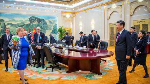 Statsminister Erna Solberg ledet en stor norsk delegasjon til Kina i fjor vår. Hun avsluttet besøket med å møte president Xi Jinping i Folkets store hall i Beijing.