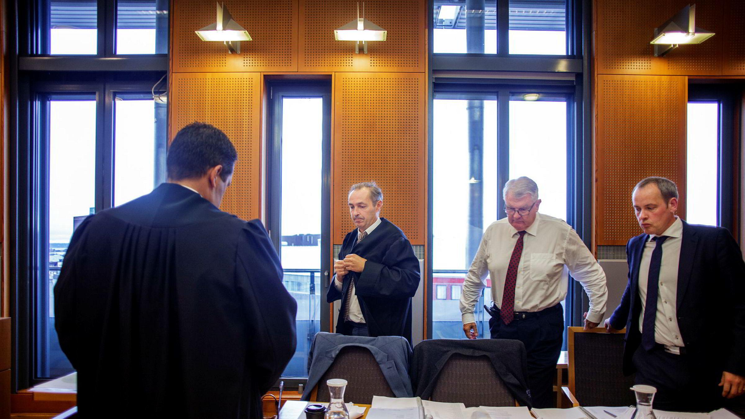 Skeie-siden fikk fullt gjennomslag i Oslo tingrett. Skeies advokater Fred Arthur Andersen (med ryggen til) og Kyrre Eggen i CLP er her sammen med styreleder Geir Worum og finansdirektør Bernhard Hovden i Skeie Technology i retten i oktober.