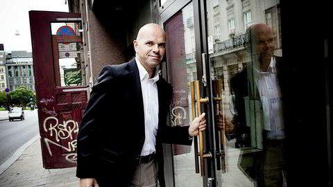 Tidligere assisterende Økokrim-sjef Erling Grimstad har sett at påtalejurister i store økonomisaker har forsvunnet ut i sykemelding etter at de i en sen fase er blitt satt på tunge saker med store dokumentmengder.
