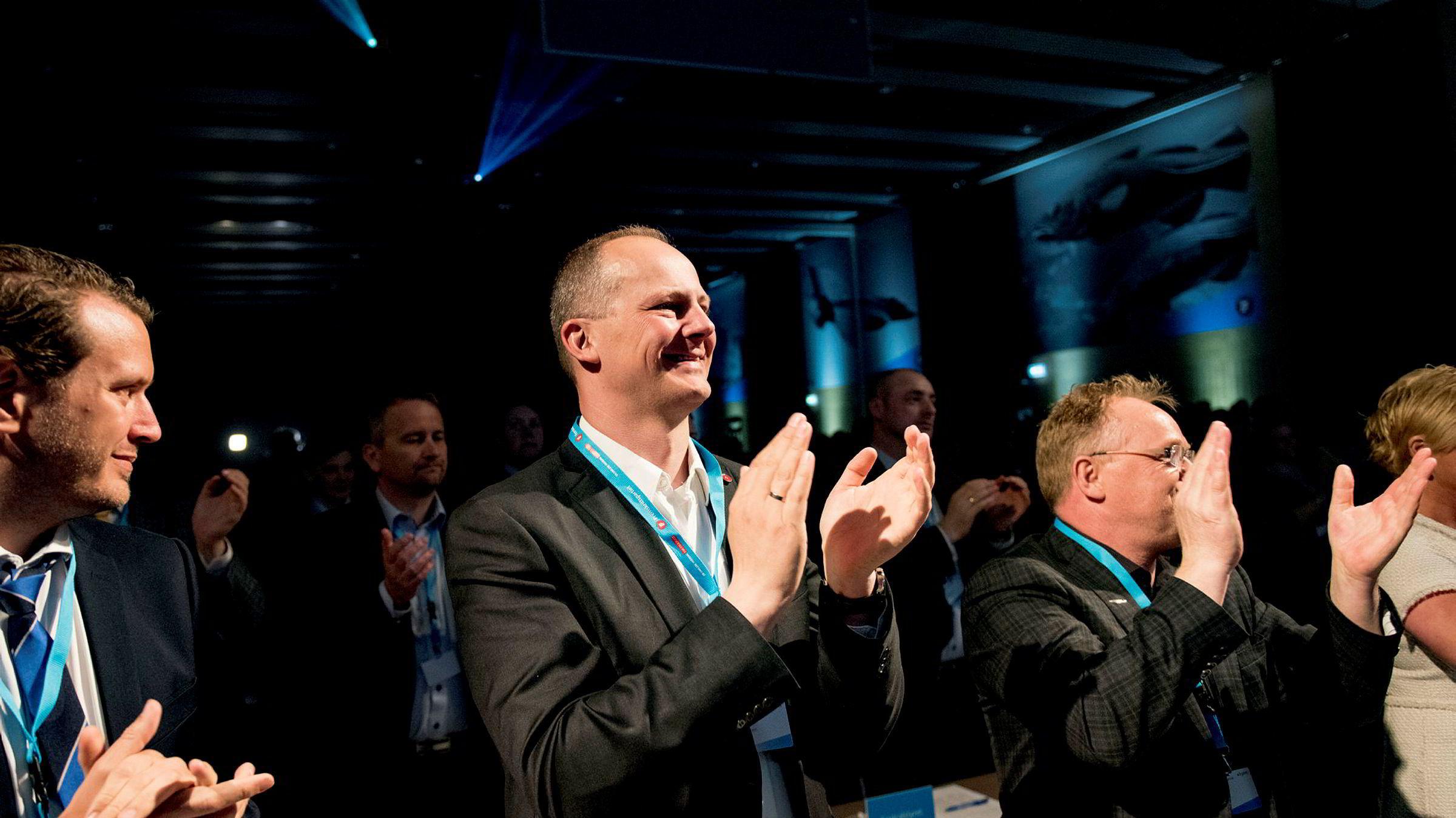 Samferdselsminister Ketil Solvik-Olsen (Frp) bør kutte ut Grenlandsbanen, råder økonomer. Her er Solvik-Olsen på første rad under åpningen av Frp-landsmøtet fredag ettermiddag.
