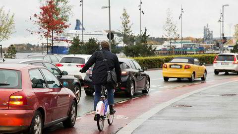 Det beste forebyggende tiltaket for å redusere farlige situasjoner er adskilte og sammenhengende sykkelstier, skriver artikkelforfatterne.