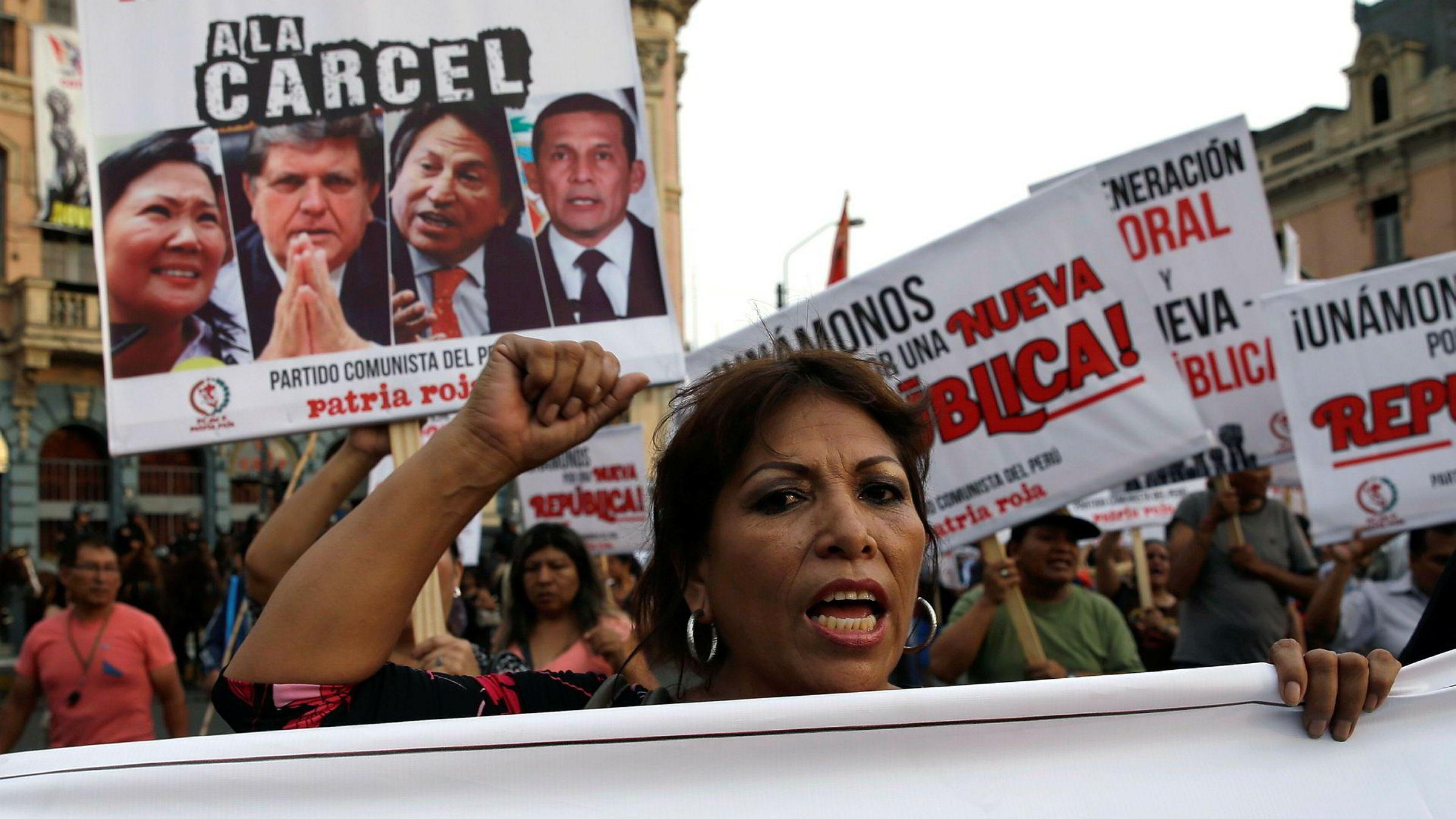 Protester i Perus hovedstad Lima denne uken. Demonstrantene krever at tre tidligere presidenter fengsles for korrupsjon i forbindelse med Odebrecht-skandalen.