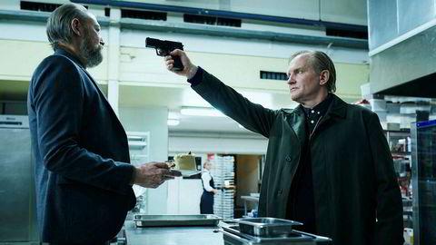 Christina (Alma Ekehed Thomsen) dukker opp på obduksjonsbordet. Politimannen Bjørn (Ulrich Thomsen) bestemmer seg for å etterforske sin egen datters død.