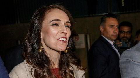 New Zealands statsminister Jacinda Ardern ankommer Labours valgvake.