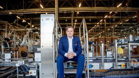 Tappe- og pakkemaskinene ved Arcus' produksjonsanlegg på Gjelleråsen har gått for fullt denne våren. Her er Eirik Andersen som er konserndirektør for vin i Norge