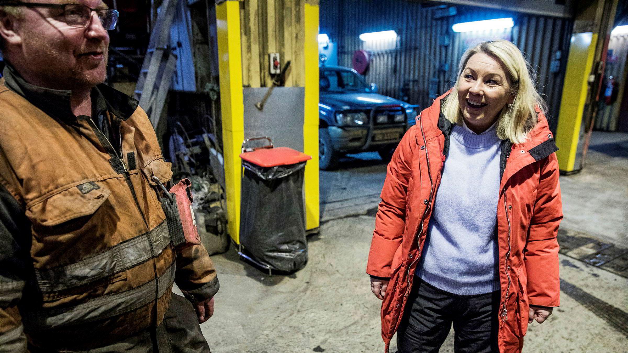 Næringsminister Monica Mæland besøkte Gruve 7 på Svalbard i forbindelse med regjeringens planer om å legge ned driften i Svea og Lunckefjell. Her snakker hun med formann Roger Jensen. Politikere i andre land har betydelig større utfordringer med kull.