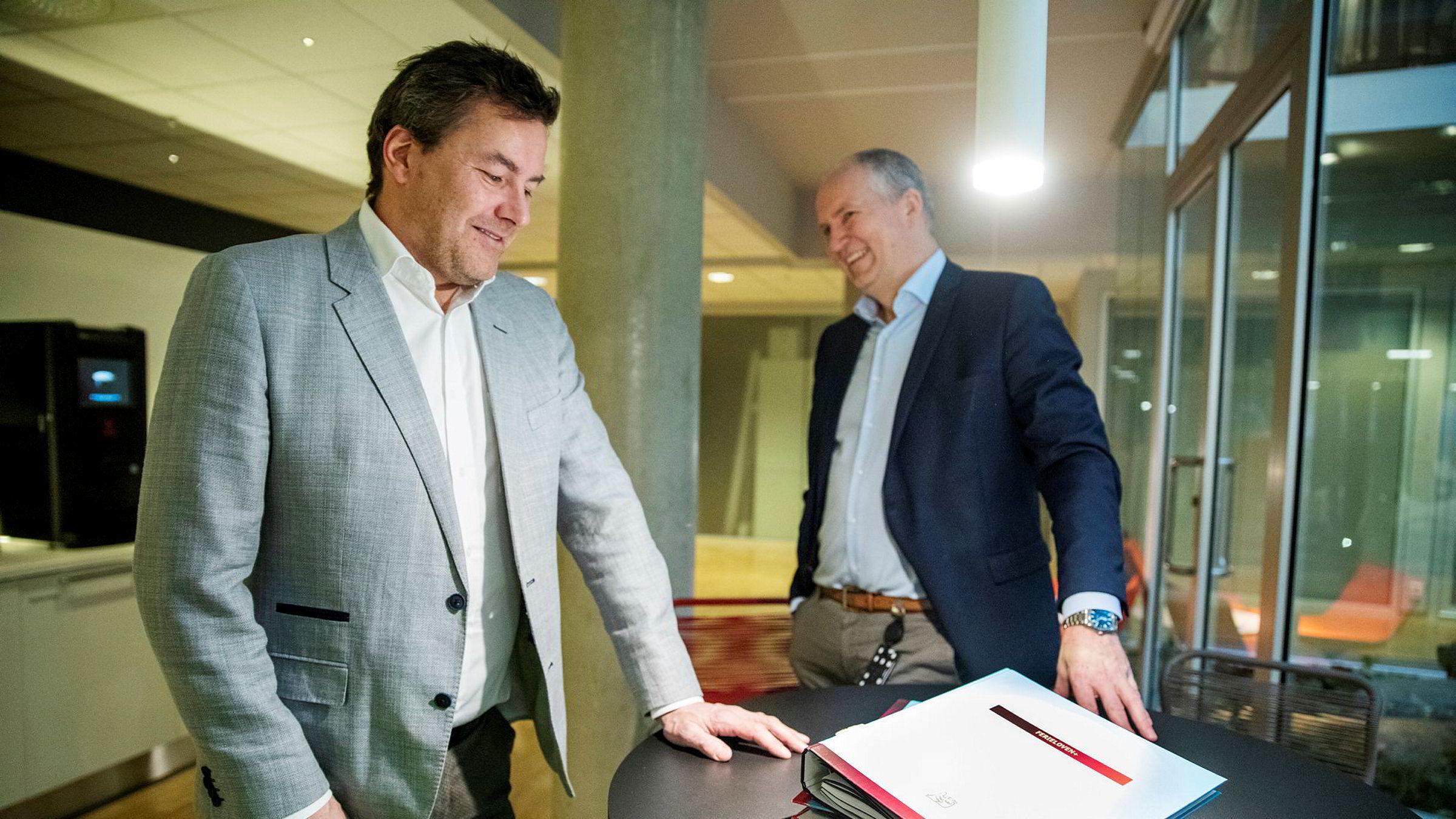 Bjørn Petter Garder (til venstre) leder familieselskapet som selger det meste av programvareselskapet Infotjenester videre til Ferd. Han og administrerende direktør Thorfinn Hansen viser frem ringpermene som var starten i selskapet. I dag ligger alt i nettskyen.