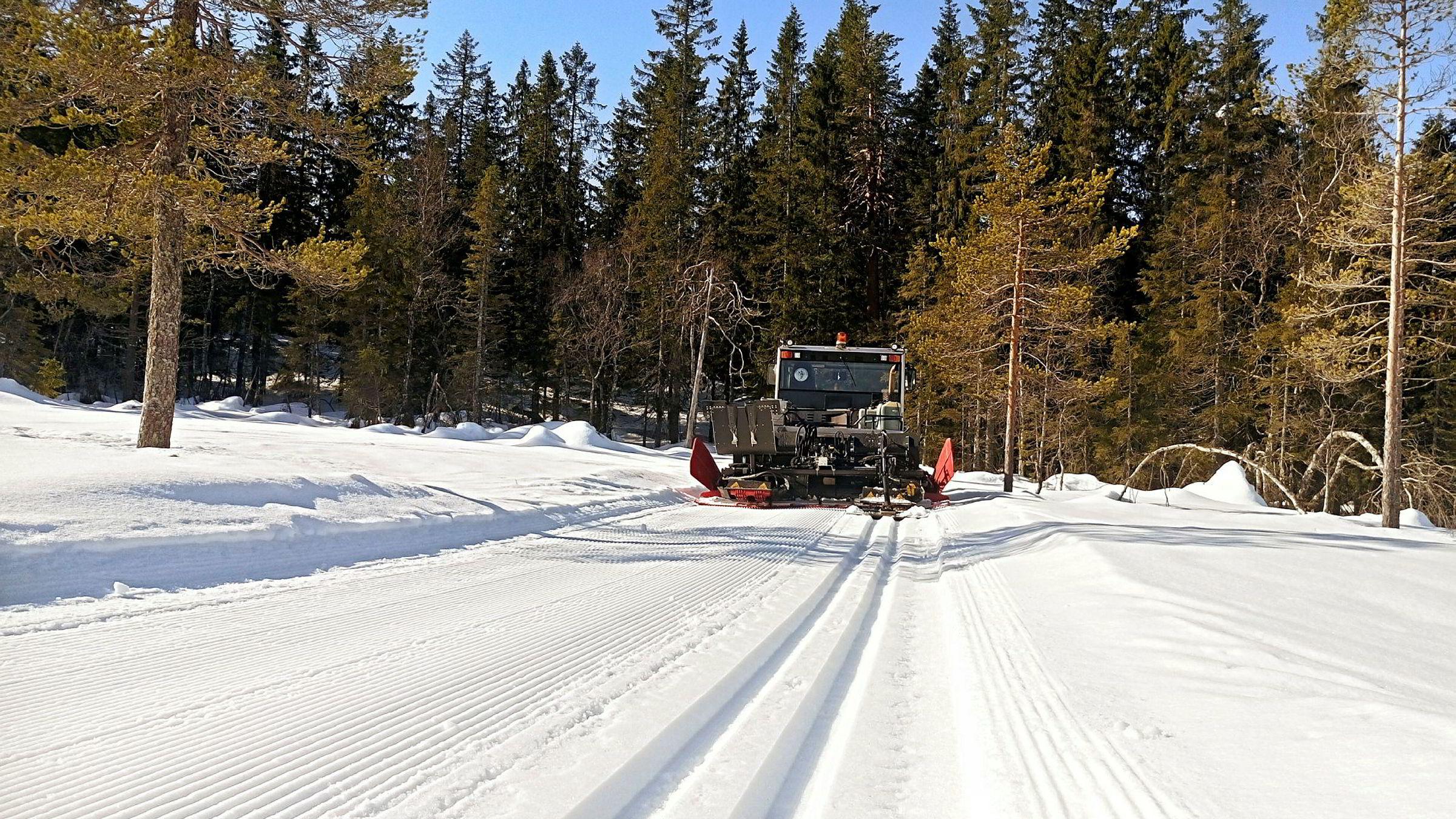 Løypemaskinen på vei fra Stryken til Stålmyra i nordlige deler av Nordmarka nord for Oslo. Forholdene i høyden holder godt fortsatt og vekker håp om at det kan bli mulig å gå på ski 17. mai.