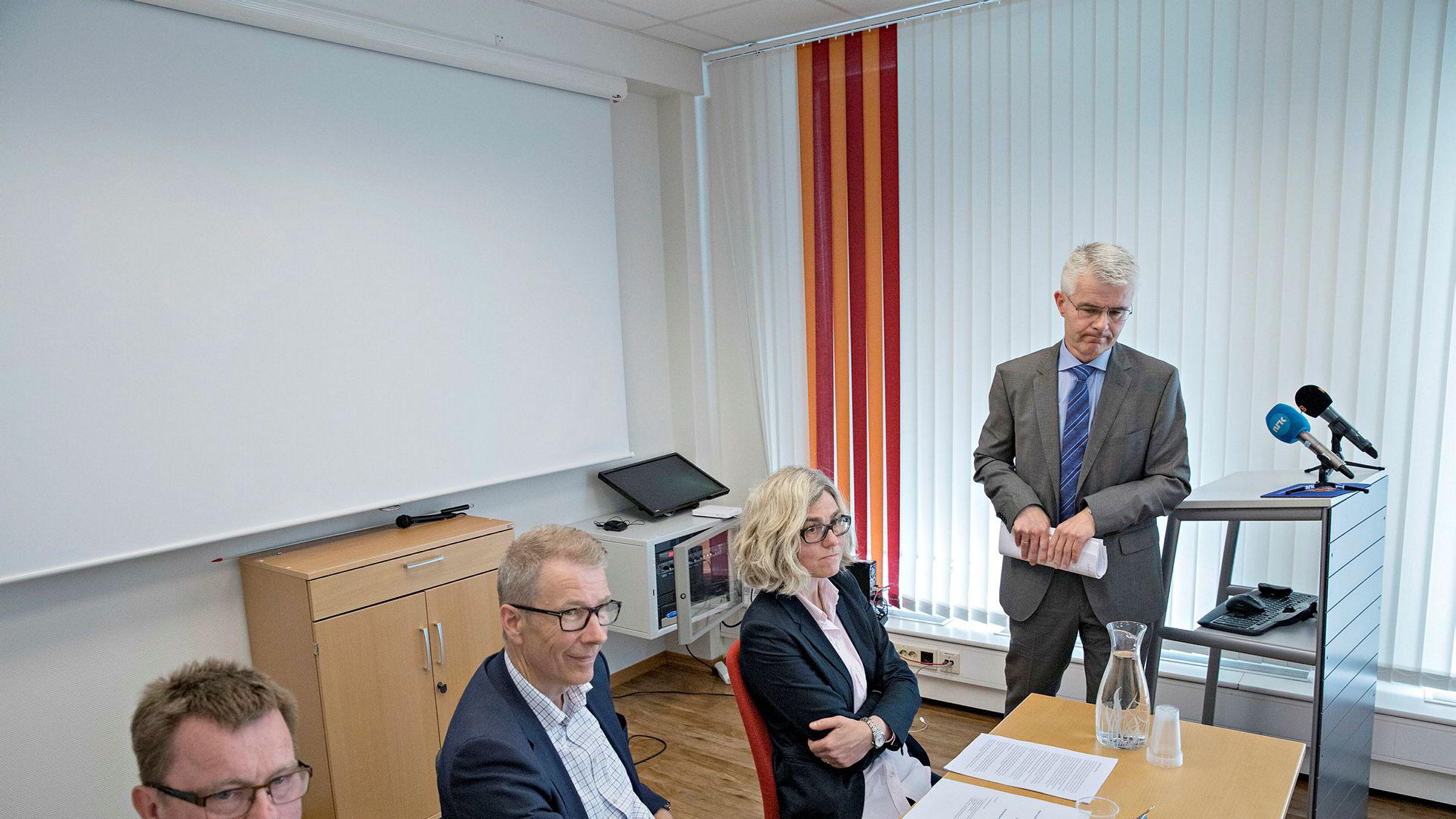 Morten Holmboe (fra venstre), Finn Eide, Liv Synnøve Taraldsrud og Økokrim-sjef Trond Eirik Schea da utvalget etter Transocean-saken la frem sin rapport hos Riksadvokaten i Oslo.