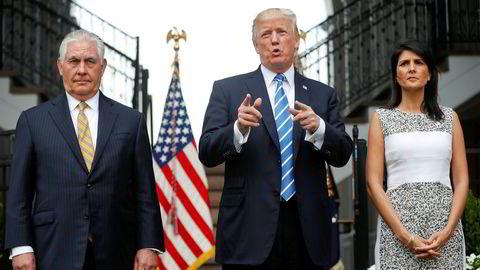 Tidligere utenriksminister Rex Tillerson (til venstre) og tidligere FN-ambassadør Nikki Haley er i åpen ordkrig om hva som skjedde da de jobbet for president Donald Trump.