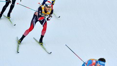 Martin Johnsrud Sundby er den store favoritten før ski-VM starter i Lahti torsdag. Bak ham ligger en dopingsak som fulgte ham gjennom 18 måneder, frem til utestengelsen sist sommer.Her fra årets Tour de Ski, der han måtte se seg slått av Sergej Ustjugov.
