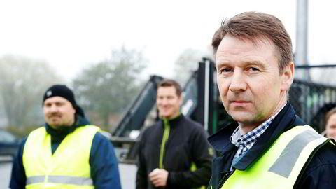 Leder i Norges Bondelag, Lars Petter Bartnes, godtar importert rødvin til maten, siden det ikke er mulig å dyrke druer her i landet.