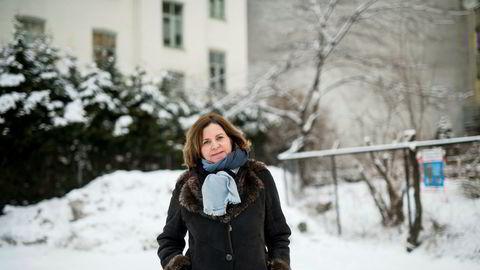Likestillingsombud Hanne Bjurstrøm mener det er feil at fars rett til foreldrepermisjon skal være avhengig av om mor går ut i arbeid eller studier når han skal være hjemme.