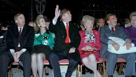 Familien Trump avbildet i 1990 på Trump Taj Mahal Casino-komplekset i Atlantic City. Donald J. Trump er i midten, med sine foreldre Mary og Fred til høyre. Til venstre er broren Robert Trump og hans kone Blaine. Robert Trump døde 15. august 2020.