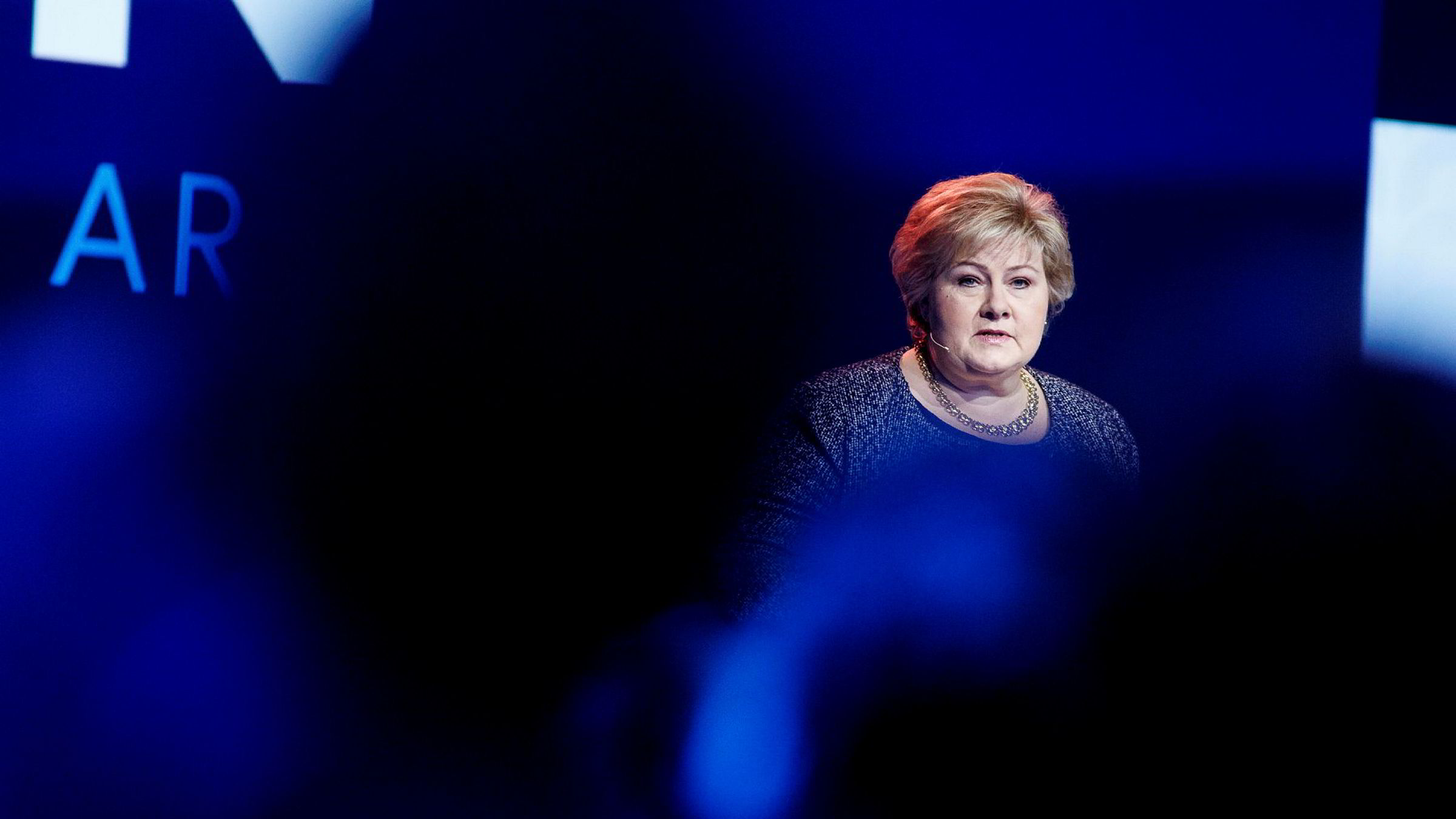 Statsminister Erna Solberg (H) og regjeringen får igjen sterk kritikk fra Riksrevisjonen for å ikke sørge for tilstrekkelig sikring av mulige terrormål i Norge.