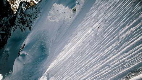 Her suser sveitseren Jèrèmie Heitz (27) ned Obergabelhorn (4063 m.o.h.), en av de mest krevende toppene i Alpene. Han blir liten i den massive fjellsiden, men anser sjansene for snøskred som liten, fordi fjellet er for bratt til at det bygger seg opp nok snø.