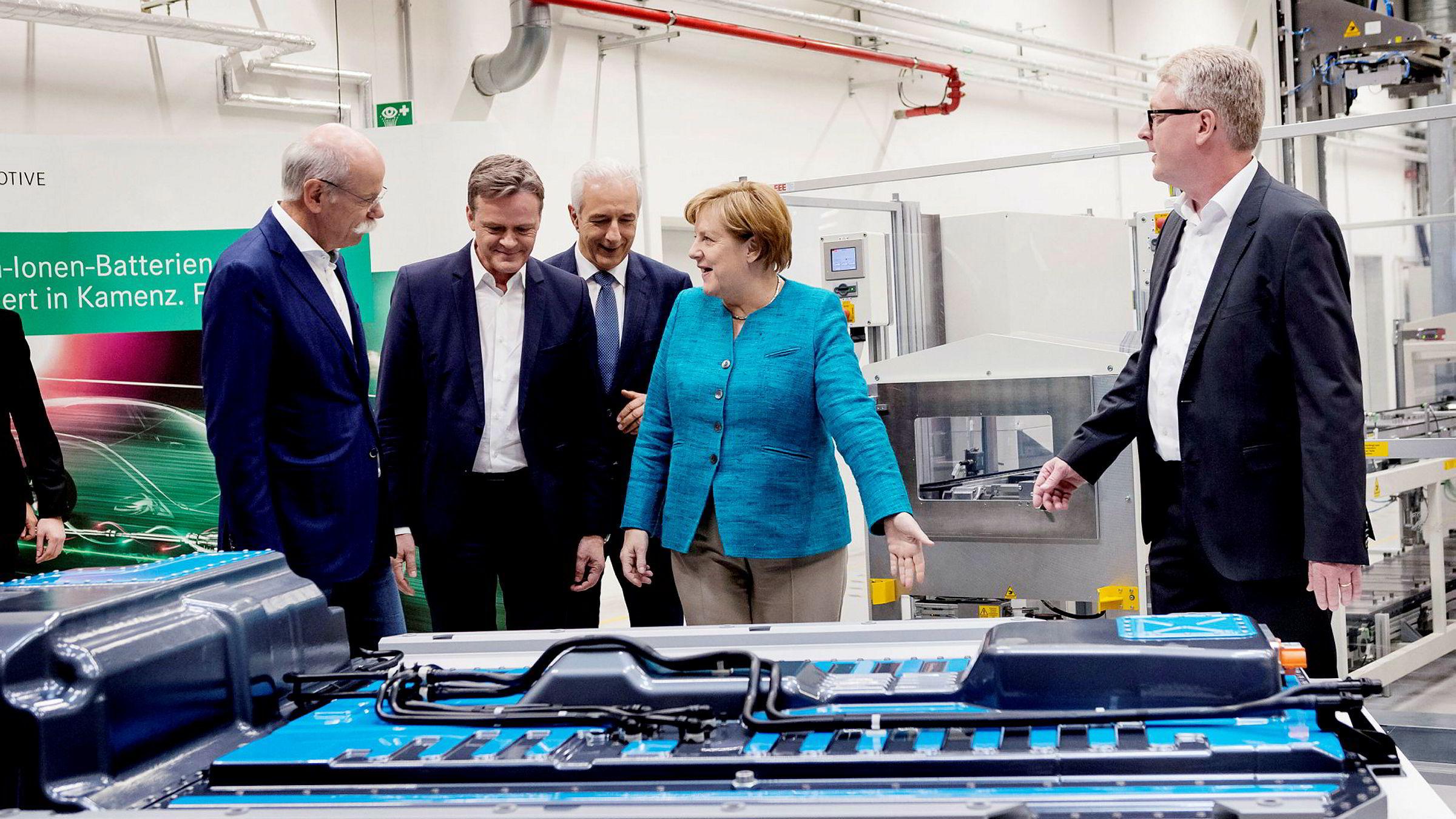 Angela Merkel besøkte fabrikken til Accumotive, et underbruk av bilgiganten Daimler AG, øst i Tyskland mandag denne uken. Her ble oppstarten av arbeidet med en ny batterifabrikk markert. Fra venstre Dieter Zetsche i Daimler, Markus Schaefer i Mercedes-Benz, Stanislaw Tillich i Mercedes-Benz, Angela Merkel og Frank Blome i Accumotive.