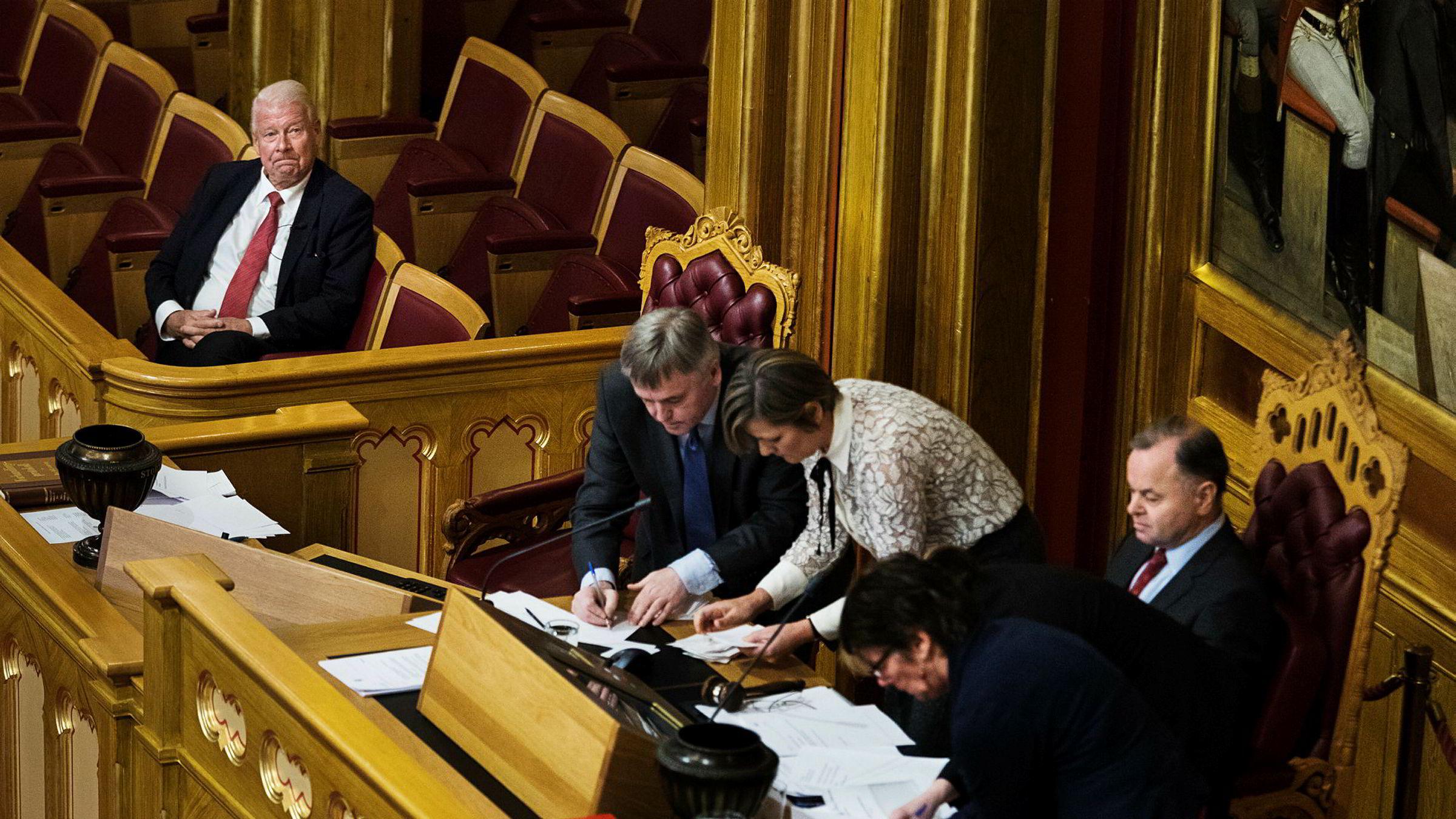 Fra diplomatlosjen fulgte Frp-grunder Carl I. Hagen opptellingen av stemmene ved valg til Nobelkomiteen. Til høyre sitter stortingspresident Olemic Thommessen.