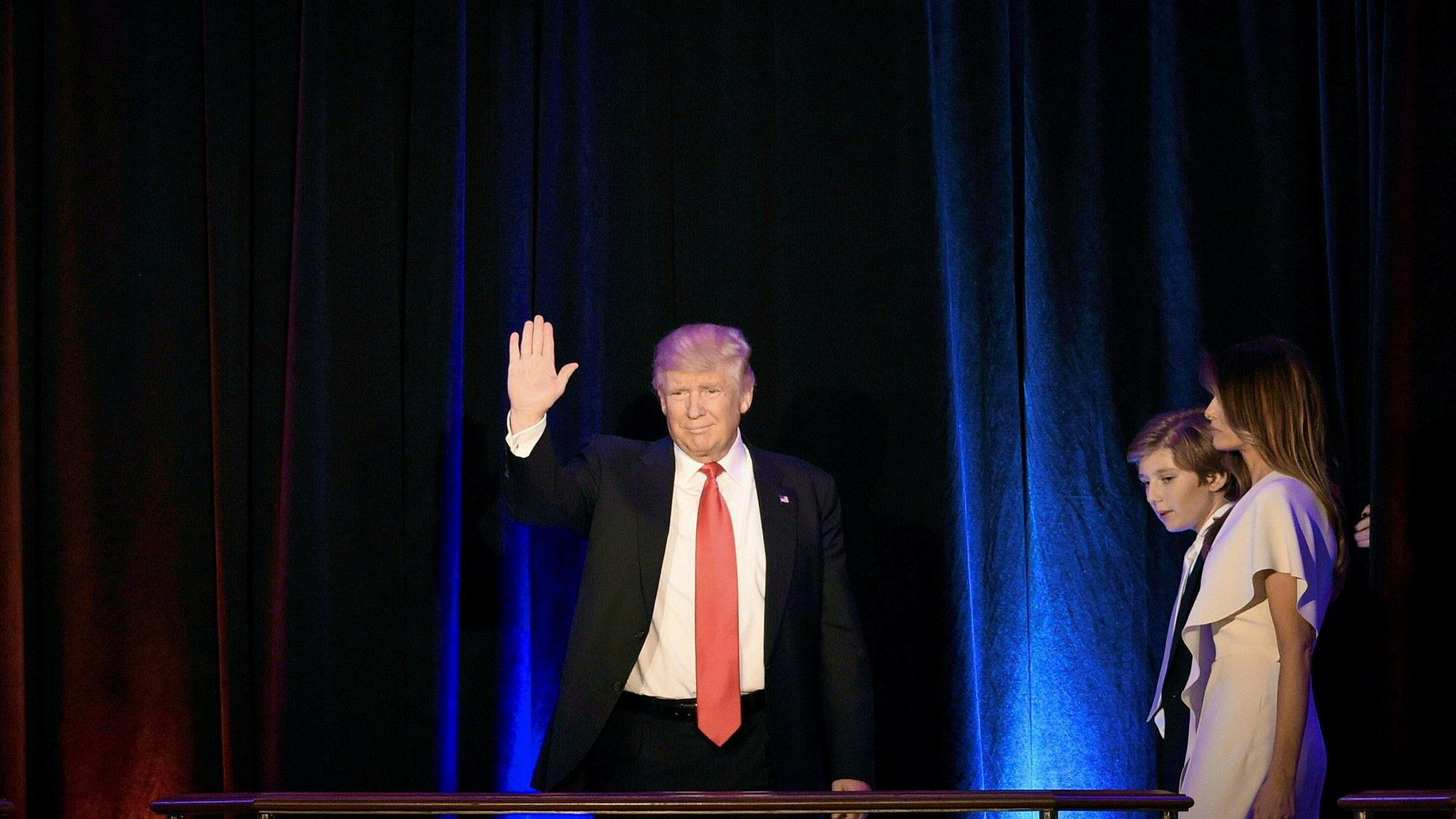 Donald Trump møter Kinas president. Til høyre Trumps kone Melania og deres felles sønn Barron.