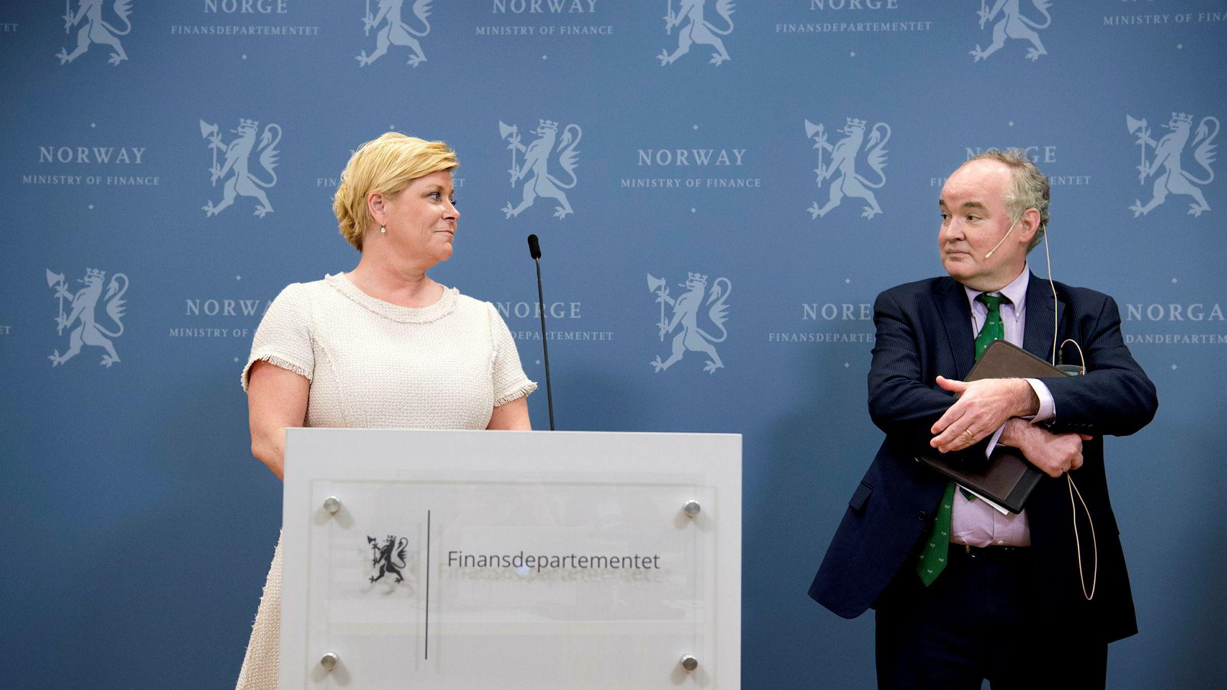 IMF-representant Thomas Dorsey overleverte onsdag pengefondets foreløpige uttalelse i forbindelse med den årlige vurderingen av norsk økonomi, her med finansminister Siv Jensen.
