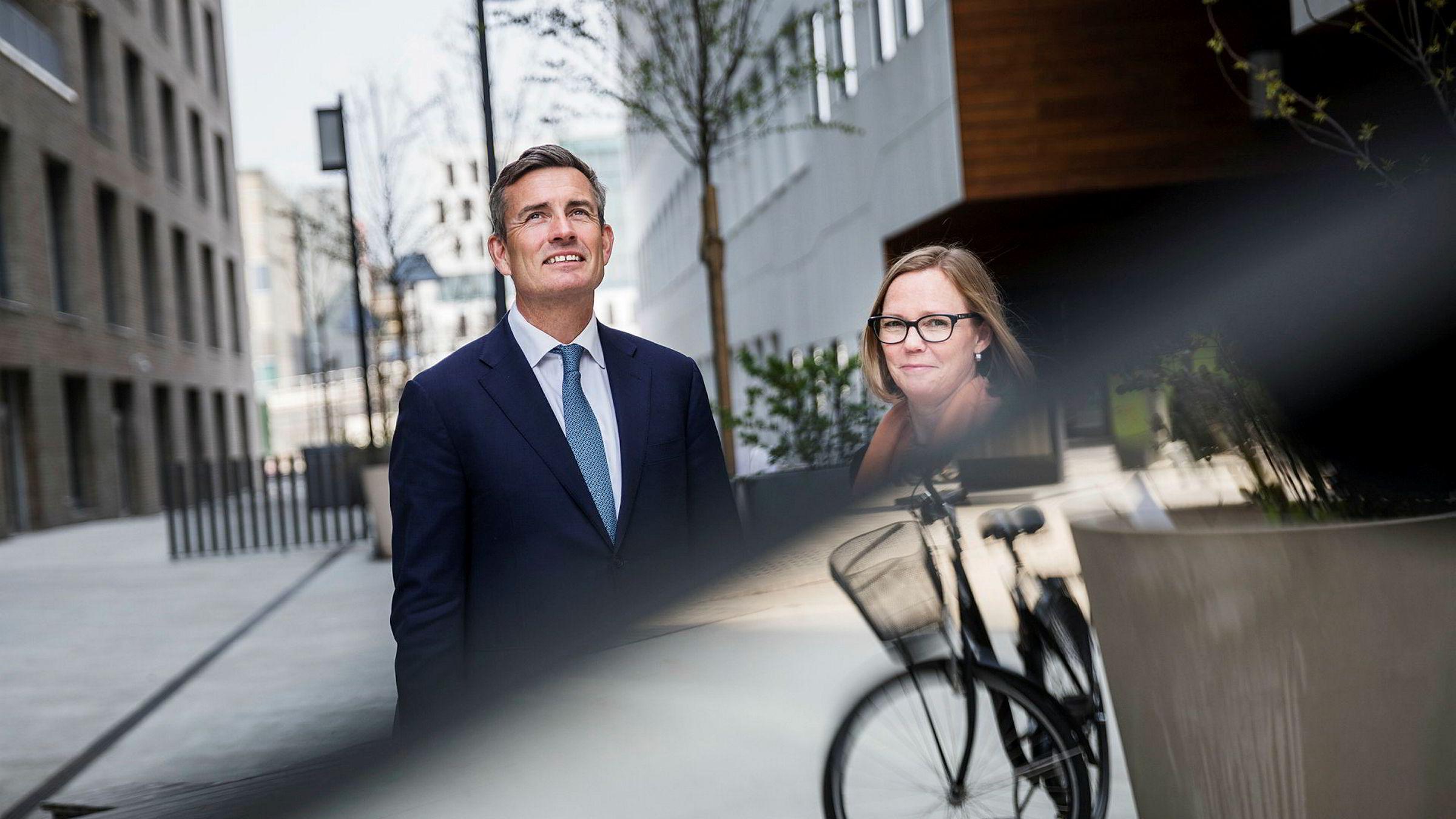 Konserndirektør Harald Serck-Hanssen i DNB og Trine Loe, direktør for bankens bedriftskunder innen «future and tech», gir fremover rabatt på lån om klimamål innfris.