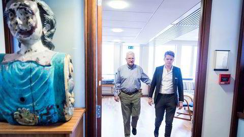 Far og sønn Hegnar på vei ut av kontoret til førstnevnte i Hegnar Media. Far Trygve til venstre og sønn Jon Trygve til høyre.