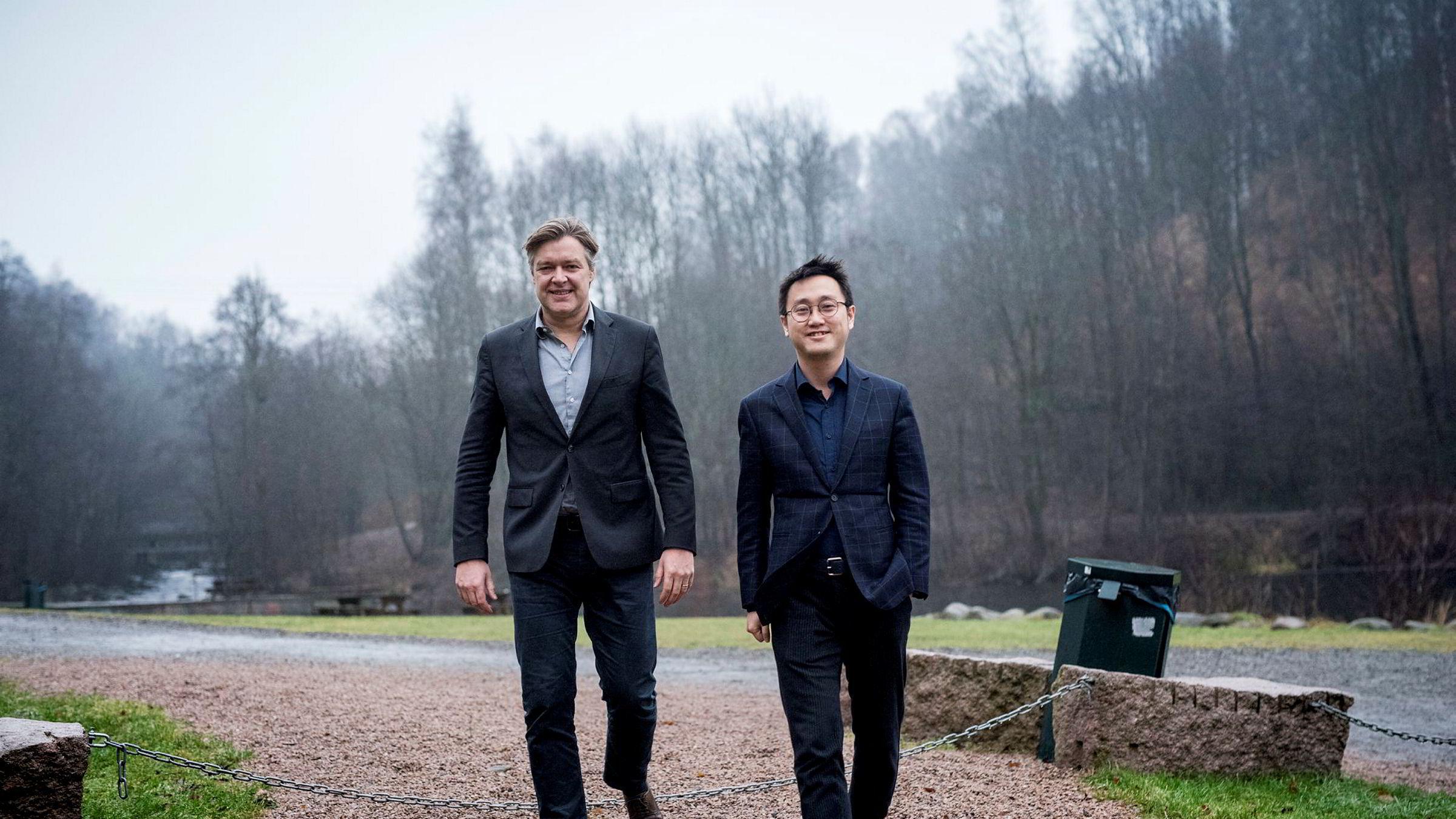 Opera Software-sjef Lars Boilesen (til venstre) sammen med investeringsdirektør Lin Song i Beijing Kunlun Tech, det sentrale selskapet i kjøpet av Operas nettleser. Song er milliardær og Kunlun-gründer Yahui Zhous høyre hånd.
