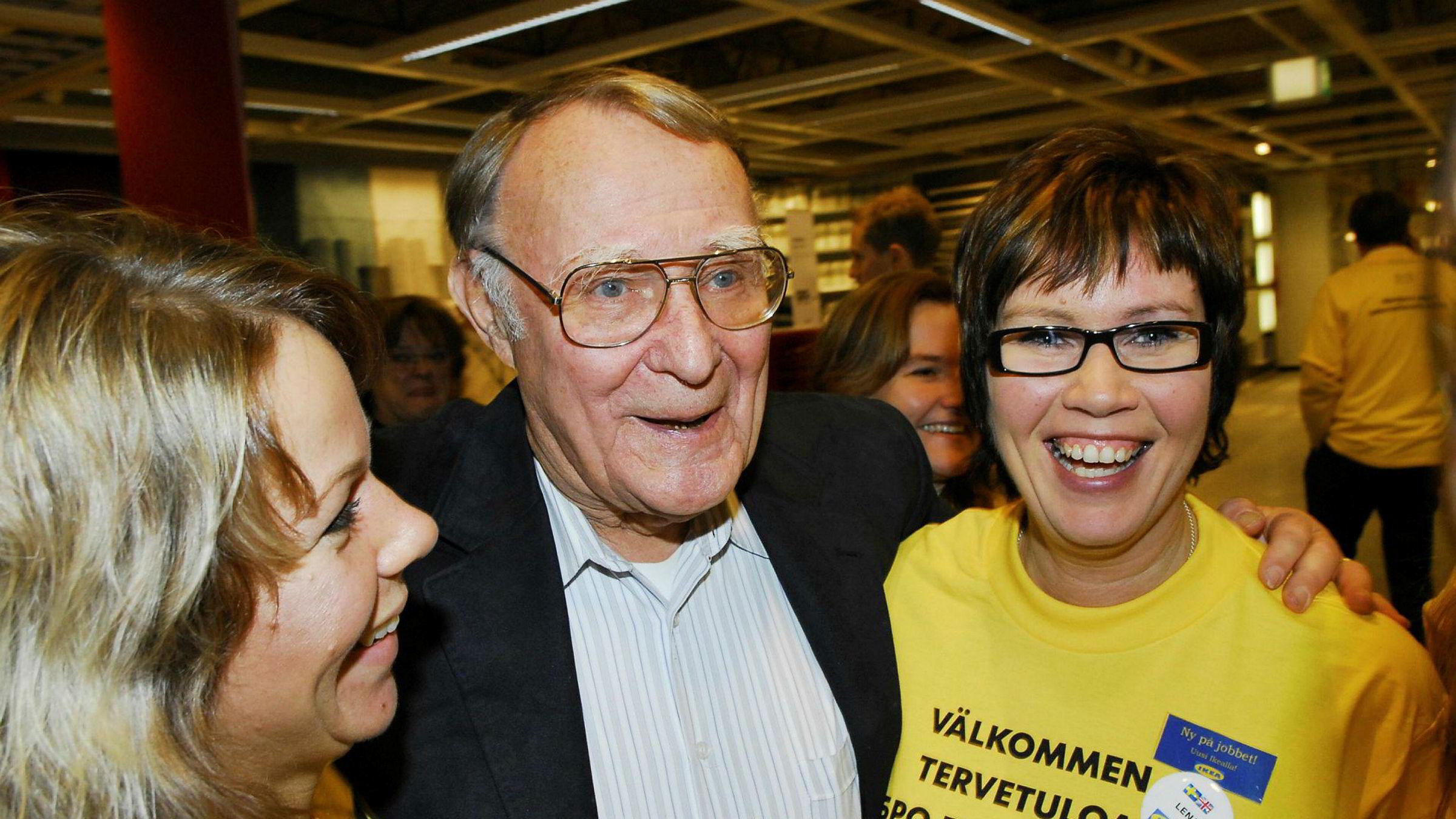 Ingvar Kamprad var opptatt av at kapitalismen også måtte romme et sosialt ansvar, og han snakket flere ganger engasjert om at den gamle tids kapitalisme («jungelkapitalismen») ville erstattes av en ansvarlig markedsøkonomi. Her er han sammen med to av sine ansatte på et Ikea-varehus i Haparanda, nord i Sverige, i 2016.