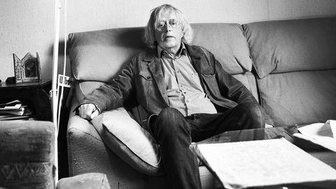 Forfatter Dag Solstad ble engasjert til å skrive bok til Aker-konsernets 150-års jubileum. Det endte med romanen «Medaljens forside», som kom i 1990.