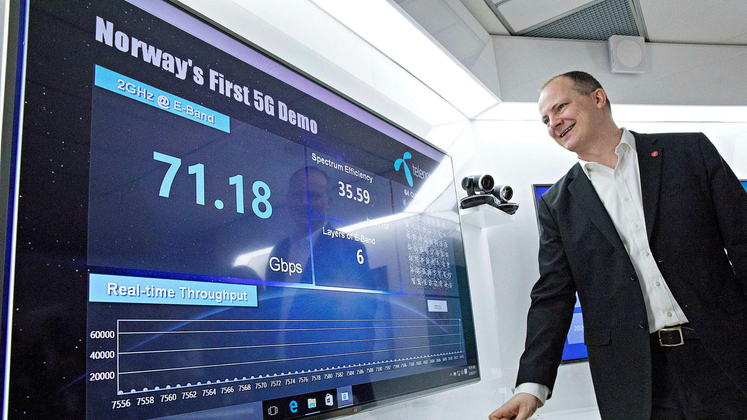 Samferdselsminister Ketil Solvik-Olsen slår på Norges første 5G-nett på Fornebu mandag 20. mars. Skjermen viser en kapasitet på 70 gigabit per sekund, godt over 200 ganger mer enn makshastigheten i 4G-nettet i dag.