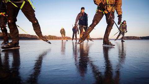 Thomas Holz, bakerst, sklir uanstrengt i høy hastighet over isen på Vansjø sammen med sine skøytevenner. Det er ikke vanskelig å holde 25-30 kilometer i timen under gode forhold.