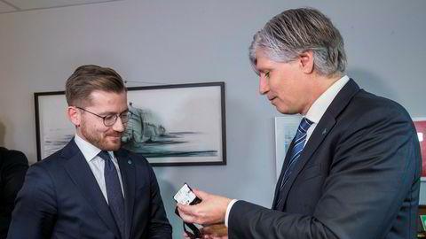 Ola Elvestuen til høyre måtte i januar gi fra seg nøkkelen til statsrådskontoret i Klima- og miljødepartementet til Sveinung Rotevatn.