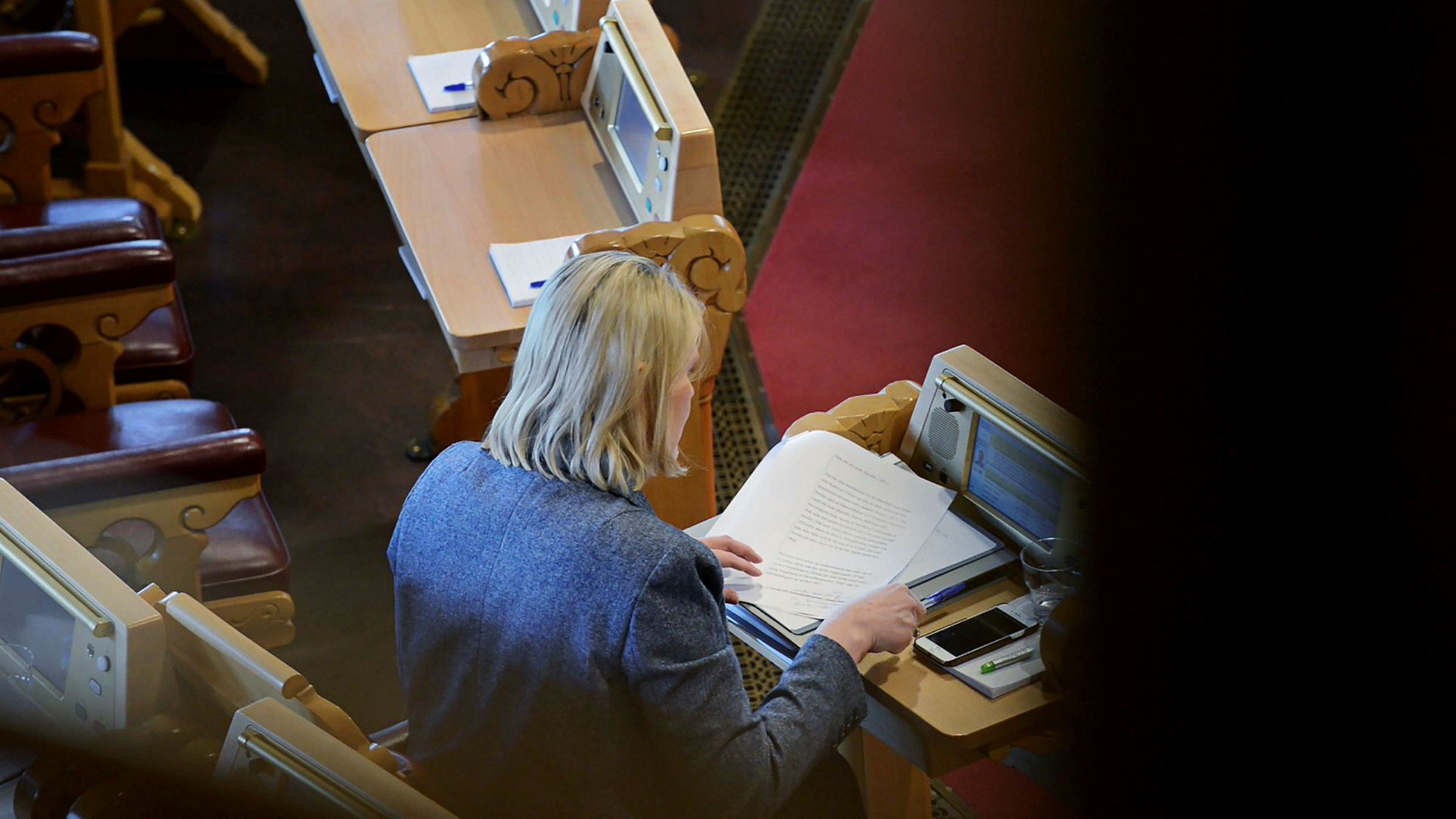 Justisminister Sylvi Listhaug tok opp pennen og gjorde endringer i manuset like før hun gikk opp på talerstolen for å fremføre unnskyldningen statsminister Erna Solberg varslet at hun skulle komme med.
