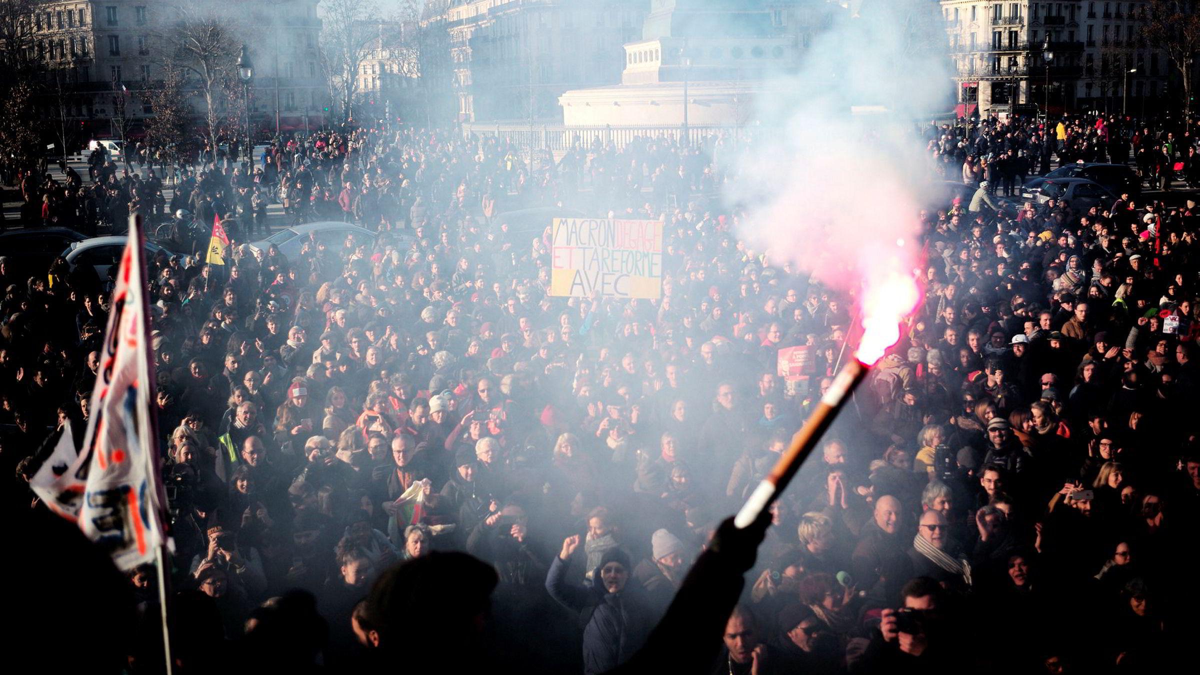 Streikende musikere spiller i støttekonsert i Paris for kampen mot pensjonsreform.