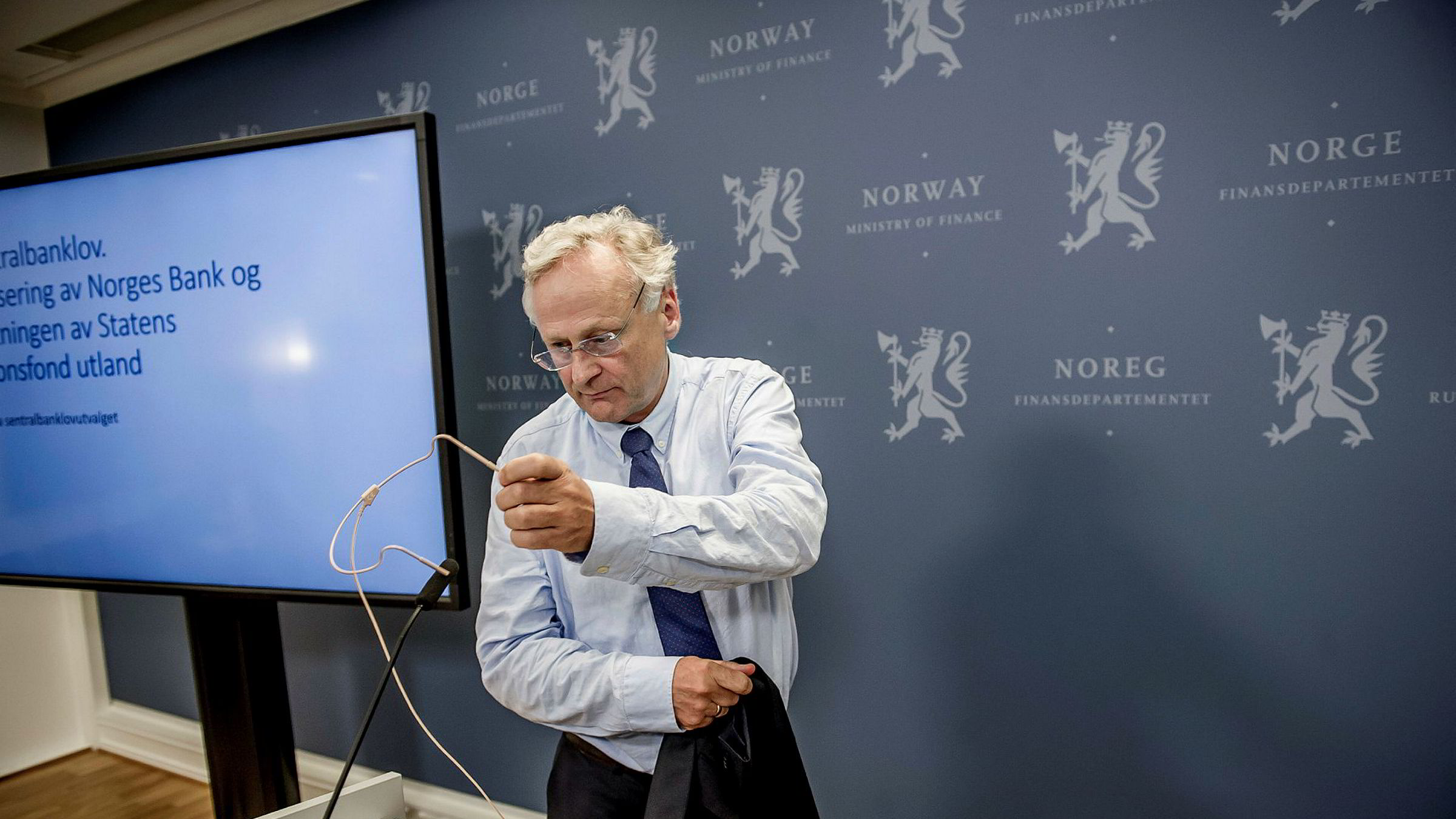 Et utvalg ledet av tidligere sentralbanksjef Svein Gjedrem la 23. juni frem en utredning der det anbefales å ta Oljefondet ut av Norges Bank. Bildet er fra overleveringen av utredningen.