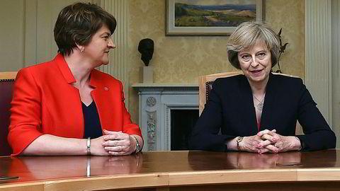 Statsminister Theresa May er avhengig av den nordirske partilederen Arlene Fosters (t.v.) støtte når De konservative nå har mistet sitt flertall i Parlamentet. Første prøve kommer onsdag når parlamentarikerne skal stemme over Dronningens tale, der regjeringen legger fram sitt program.