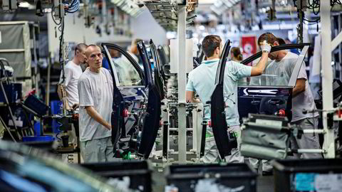 Kunstig intelligens vil revolusjonere arbeidsmarkedet de neste årene. Men norske ledere er mye mer skeptiske til å ta imot råd fra intelligente maskiner enn næringslivsledere i resten av verden. Her fra Skoda-fabrikken i Mlada Boleslavi Tsjekkia.