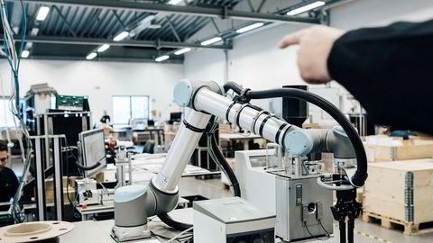 Om bedriften kjøper en maskin, må bedriftseieren fortsatt betale formuesskatt, men bruker den pengene på ansatte, vil investeringen fritas for formuesskatt, skriver artikkelforfatterne.