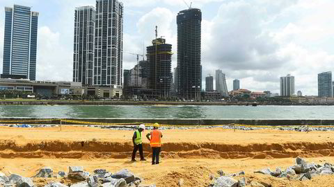 Kinesiske lån har finansiert Port City i Colombo på Sri Lanka. Da Sri Lanka ikke klarte å betjene gjelden til Kina overtok et kinesisk statskontrollert selskap en av de strategisk viktigste havnene i Det indiske hav.