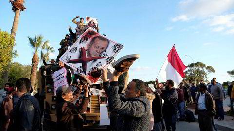 Opprørsgeneralen Khalifa Haftar forsøker å styrte den internasjonalt anerkjente regjeringen i Tripoli. Støttespillere av Libyan National Army (LNA) holder opp et bilde av Tyrkias president Tayyip Erdogan.