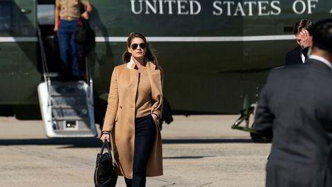 President Donald Trumps nære rådgiver Hope Hicks på vei fra helikopteret Marine One for å bli med ham om bord på presidentflyet Air Force One fra Andrews Air Force Base onsdag.