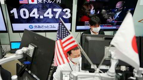 Etter en bred oppgang ved Aaia-børsene onsdag morgen er det ny nervøsitet. Dollaren har svekket seg mot blant annet japanske yen.